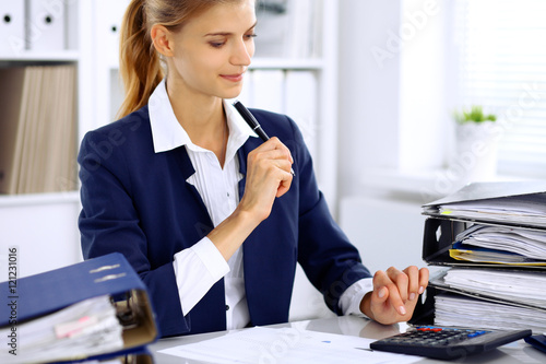 Photo Modern business woman or confident female accountant in office