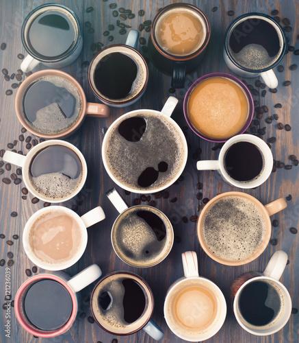 rozne-rodzaje-filizanek-kawy-na-drewnianym-tle