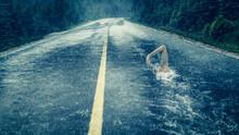 Mann Schwimmt Auf Regennasser Fahrbahn