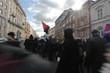 miasto i ludzie w słońcu - demonstracja na ulicy między kamienicami