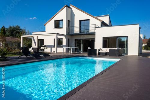 Canvastavla jolie villa avec piscine