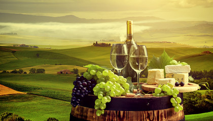 Panel Szklany Do restauracji White wine with barrel on vineyard in Chianti, Tuscany, Italy