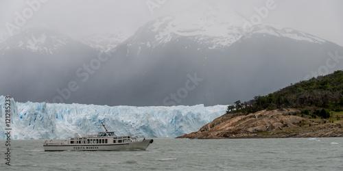 Poster Glaciers Tourboat near Perito Moreno Glacier, Lake Argentino, Los Glaciar