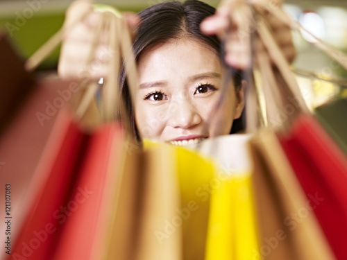 Photo  young asian woman on a shopping spree