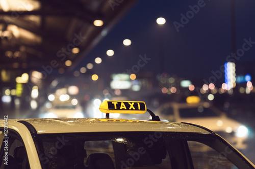Zdjęcie XXL Taksówka jest na poboczu drogi