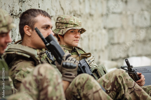 Foto british rangers sitting and having a rest