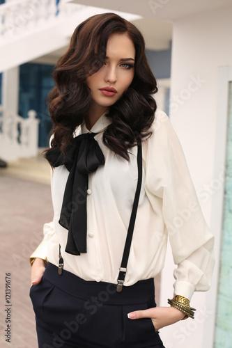Photo  gorgeous sensual woman with dark hair in elegant clothes