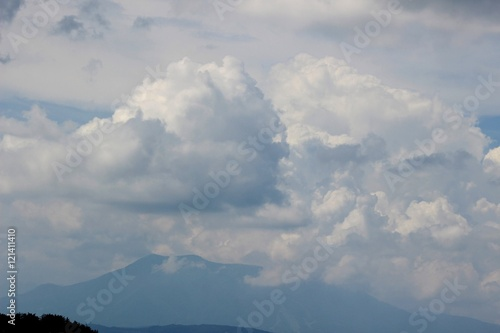 Fotobehang Volle maan 夏の空と山/高原の夏の山と空