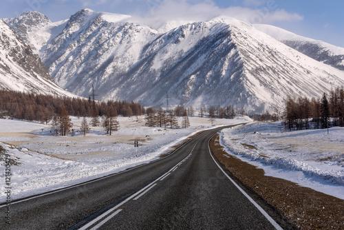górska droga śnieg zimą drzewa