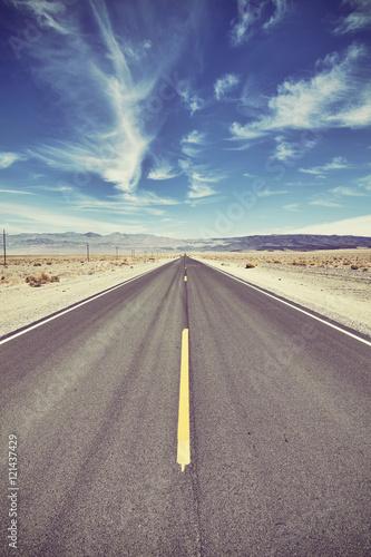 rocznik-tonujaca-pustynna-droga-w-smiertelnej-dolinie-podrozy-pojecie-usa