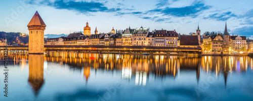 Foto Kapellbrucke Panorama night view Historic Chapel bridge (Famous covered wooden f