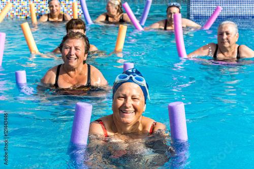 Fotografía  Group of senior women at aqua gym session.
