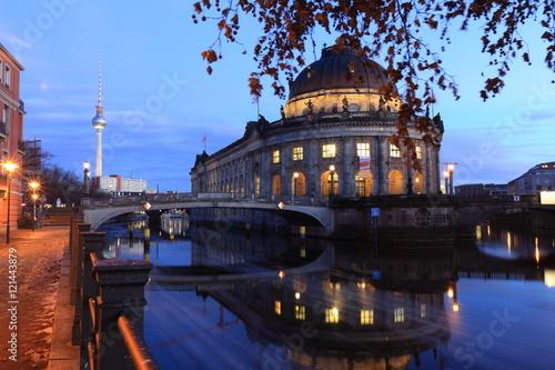 wyspa-muzeow-i-wieza-telewizyjna-w-berlinie-zdjecie-w-wieczornej-scenerii