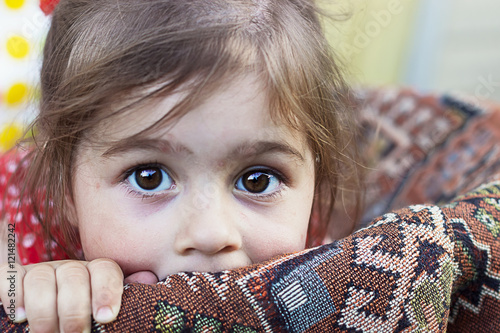 Fotomural Portrait of cute sad little girl