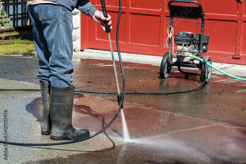 Fotografía  Man Cleaning Driveway with Portable Pressure Power Washer
