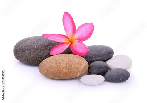 kamienie-z-kwiatem-frangipani-na-bialym-tle