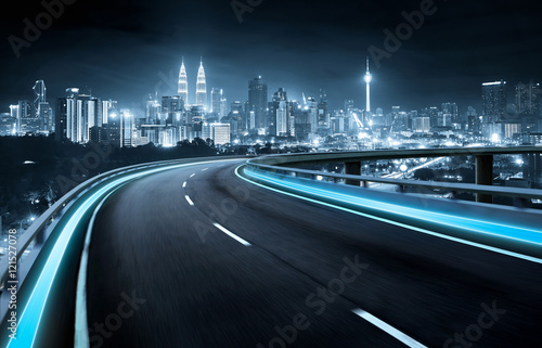 Poster Autoroute nuit Highway overpass motion blur with city background . night scene .