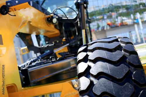Zdjęcie XXL Duży czarny koła żółty samochód budowlany z kroków