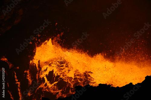 Staande foto Vulkaan Nouveau lac de lave dans le cratère Santiago, volcan Masaya (Nicaragua)