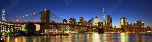 Photo  Brooklyn Bridge panorama with Manhattan skyline at dusk, New York
