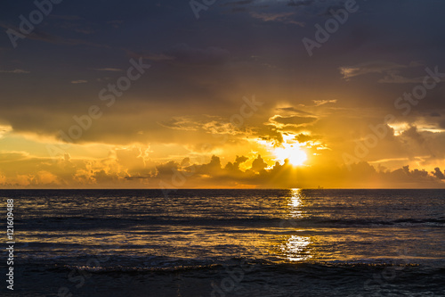 In de dag Ochtendgloren Stunning sunrise/Beautiful tropical sunrise on the beach.