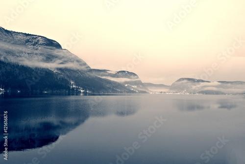 sniezny-zima-krajobraz-na-jeziorze-w-czarny-i-bialy