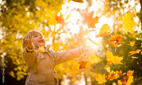 Child enjoying autumn time Fototapeta