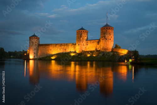 In de dag Noord Europa View of the towers of the Olavinlinna fortress in the August twilight. Savonlinna, Finland