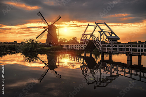 Photo  Beautiful sunset over the Unesco world heritage windmill at the other side of th