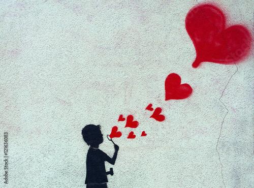 Enfant faisant de bulles en forme de cœur (Tag)