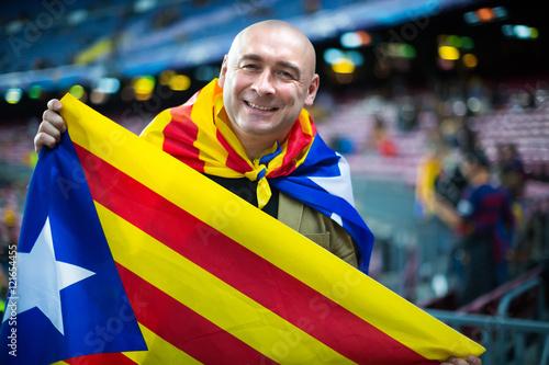 Fan piłki nożnej z flagą Katalonii