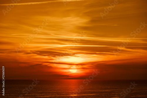 Tuinposter Baksteen Piękny złocisty zachód słońca z widokiem na ocean
