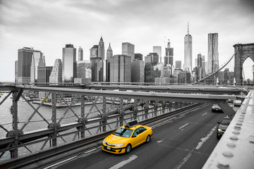 Naklejka taxi crossing brooklyn bridge