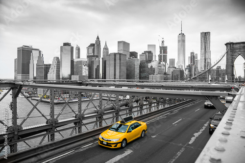 Photo sur Aluminium Brooklyn Bridge taxi crossing brooklyn bridge
