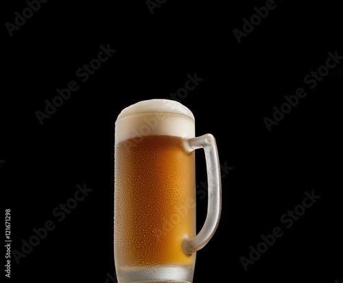 Foto op Plexiglas Bier / Cider cold beer in a glass on a black background