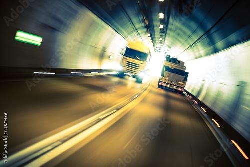 Zdjęcie XXL Przyspieszenie ciężarówek w tunelu