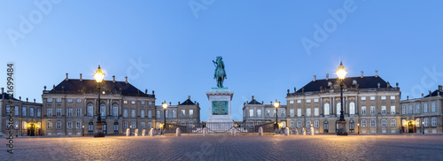 Photo  Amalienborg Palace in Copenhagen by night