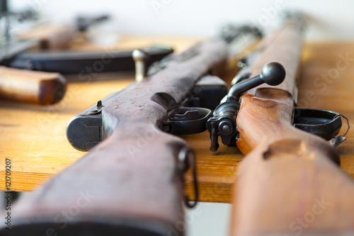 Photo Karabiner Gewehre liegen auf einem Tisch