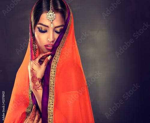 Zdjęcie XXL Portret piękna indyjska dziewczyna. Młody hinduski kobieta model z tatuażową mehndi i kundan biżuterią. Tradycyjny indyjski kostium lehenga choli.