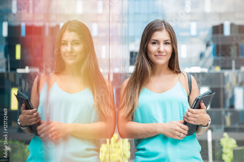Fotografia  beautiful, aspiring young woman posing with a tablet in a business compound, loo