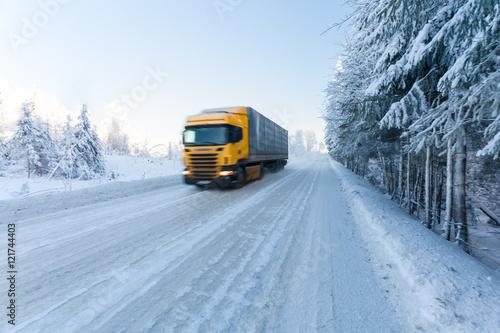 Fototapeta Ruch plama ciężarówka na zimy drodze na mroźnym dniu