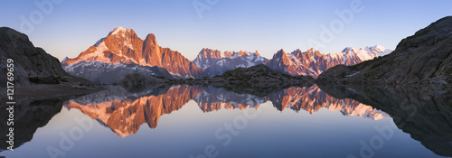 Poster Campagne Panorama of Alps mountain with sunset light reflecting in lake