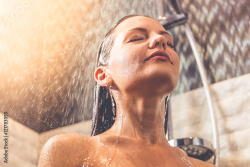 Cadres-photo bureau Akt Beautiful woman taking shower