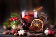 Glühwein im Glas mit weihnachtlichen Gewürzen
