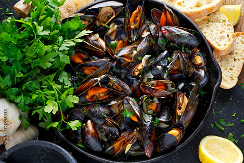 Valokuva  Boiled mussels in iron pan cooking dish
