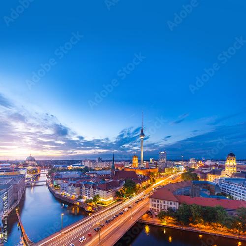Staande foto Berlijn Berlin Panorama am Abend von der Fischerinsel mit Blick auf den Alexanderplatz und Fersehturm