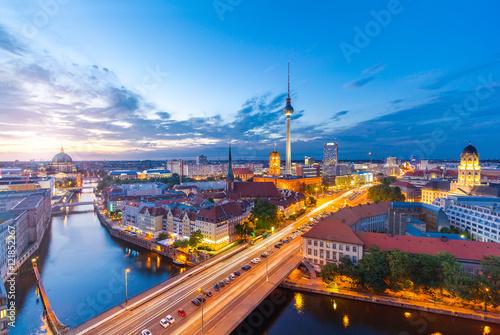 Foto op Aluminium Berlijn Berlin Panorama am Abend von der Fischerinsel mit Blick auf den Alexanderplatz und Fersehturm