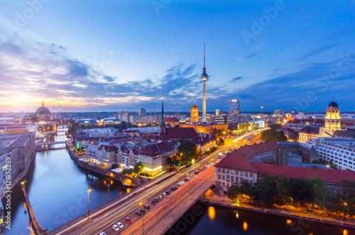 Zdjęcie XXL Berlin Panorama wieczorem z Fischerinsel z widokiem na Alexanderplatz i Fersehturm