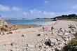 Deux hommes préparent une planche à voile sur une plage à Plougrescant en Bretagne