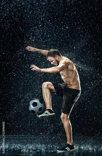 mezczyzna-wykonujacy-triki-z-pilka-podczas-deszczu
